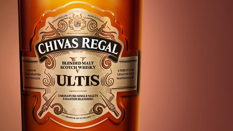 Sticla: o formă și un finisaj unice și îndrăznețe, care scot în evidență bogăția și istoria whisky-ului deosebit din interior.