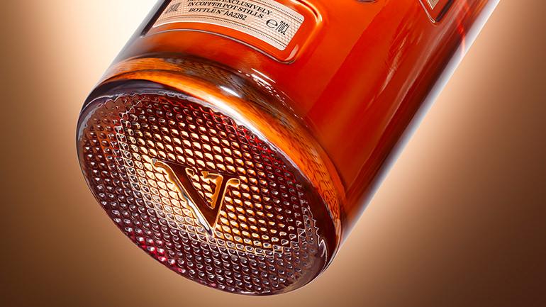 V标志:致敬五代调酒大师的精湛技艺。
